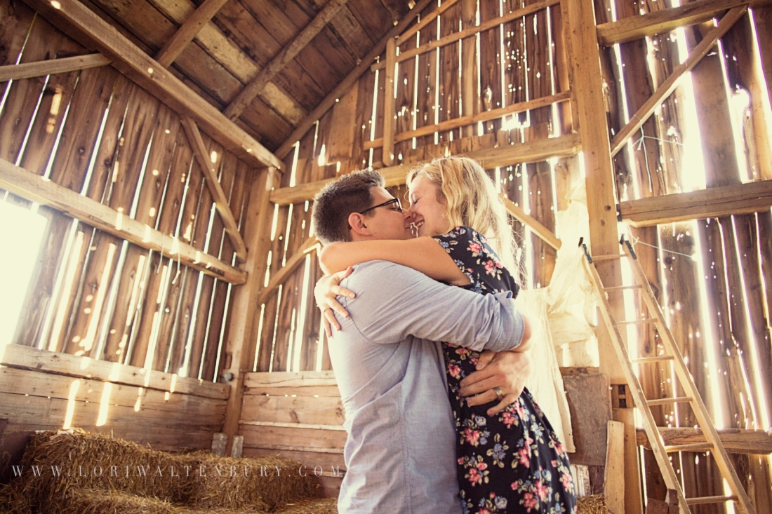 couple_kissing_in_barn